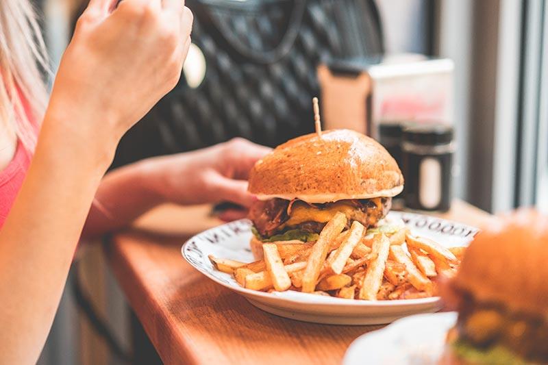Wenn du dir die Frage - warum nehme ich nicht ab - öfter beim Burgeressen stellst, hast du das Problem schon gefunden: Verbessere die Qualität deiner Ernährung.