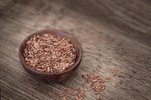 Leinsamen können es mit Chia-Samen und Flohsamenschalen gleichermaßen aufnehmen.