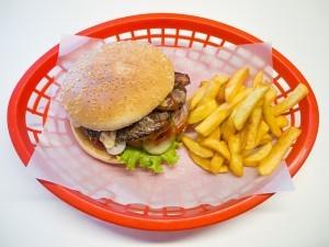 Fast Food macht deine Bemühungen leider schnell zu nichte und sollte daher soweit es geht vermieden werden.