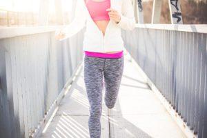 Wenn du weniger wiegst, verbrauchst du auch beim Laufen weniger Kalorien, da deine Muskeln weniger Gewicht bewegen müssen.