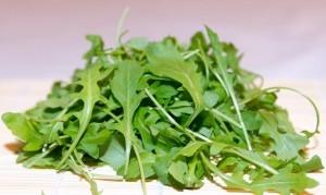 Naturbelassener bzw. selbst angebauter Rucola schmeckt noch kräftiger und würziger als die Supermarktvariante.