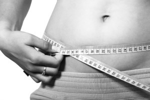 Mit einem Maßband kannst du deine Körperumfänge (Taille, Bauch, Oberarme, etc.) messen und so auch deinen Fortschritt verfolgen.