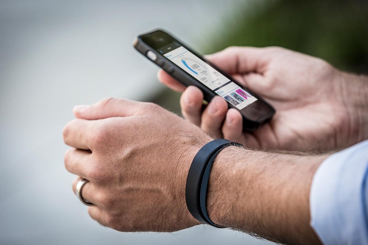 Fitness Tracker (hier am Bild der Vivosmart von Garmin)