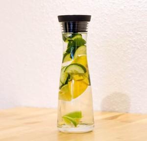 Gesunde Gewohnheit Wasser trinken: Nutze Zitronen oder Minze um dem Wasser Geschmack zu verleihen und sorge dafür, dass du immer eine Wasserkaraffe griffbereit hast.