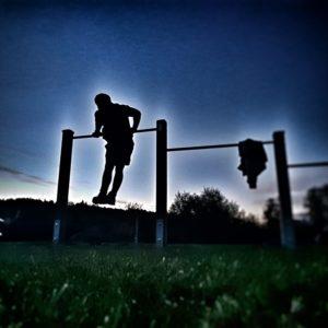 Am Kinderspielplatz kannst du nicht nur Klimmzüge, sondern auch andere Übungen wie Dips machen.