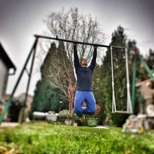 Bis es in meiner Heimatgemeinde einen Workout Park gab, trainierte ich oft am alten Schaukelgestell. :-)
