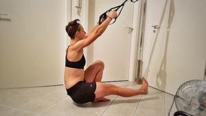 Hilfe durch einen Slingtrainer oder andere Geräte, an denen du dich festhalten kannst.