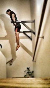 Klimmzugstange Test: Diese Montierung verwende ich seit gut einem Jahr. Sie hängt im Stiegenaufgang, wo genug Platz auch nach oben ist und sich Übungen wie Muscle Ups auch realisieren lassen.