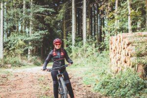 Frau, Mountain Bike, Wald