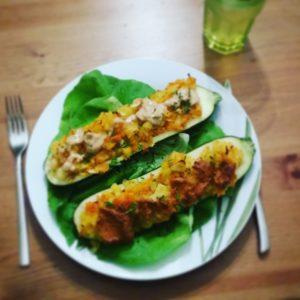 Die vegane Variante meiner gefüllten Zucchini mit Salatgarnitur.