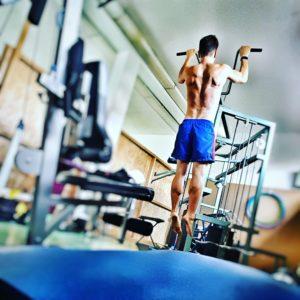 Klimmzüge immer aus dem Hang machen, um deine Rückenmuskulatur optimal zu stärken!
