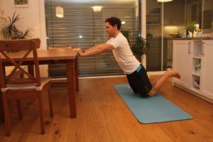 Mann, Übung, Training, zuhause, Tisch, Trizepsdrücken auf Knien