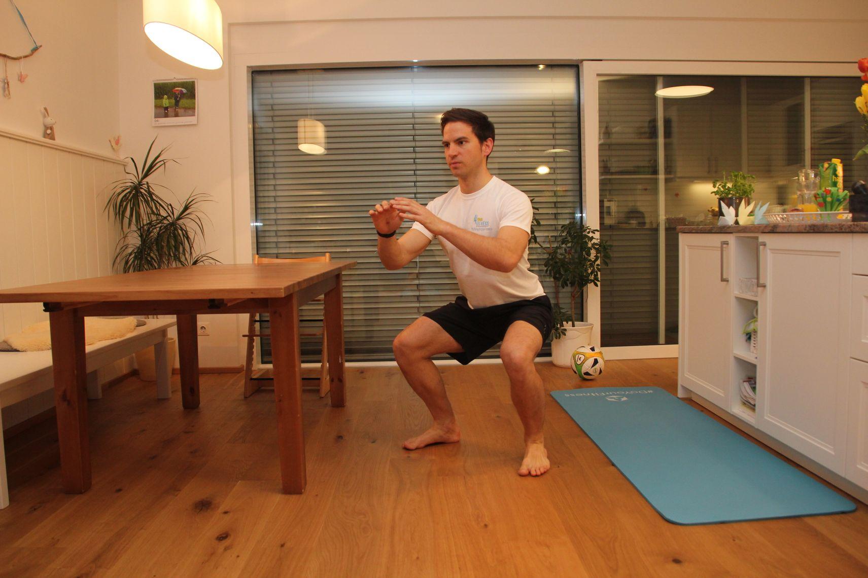 4 fitness bungen f r zuhause die jeder kennen und machen. Black Bedroom Furniture Sets. Home Design Ideas