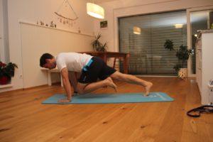 Eine Variante des Mountain Climbers - der Liegestützlauf - zur Vorbeugung von Kreuzschmerzen und Stärkung deines Rückens.