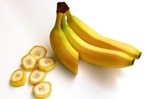 Bananen sind lecker, sollten aber nicht im Übermaß am Speiseplan stehen, wenn du auf dein Kaloriendefizit achten willst. Sie enthalten nämlich für Obst verhältnismäßig viele Kalorien und Kohlenhydrate.