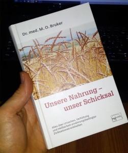 Das Buch von Dr. Bruker bietet dir einen guten Überblick darüber, was gesunde und ausgewogene Ernährung bedeutet.