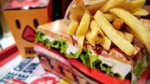Fast Food wohin das Auge reicht: Da fällt es schwer, nicht ständig Hunger zu haben. Am besten ignorieren und darauf achten, gesunde Lebensmittel mit im Gepäck zu haben.