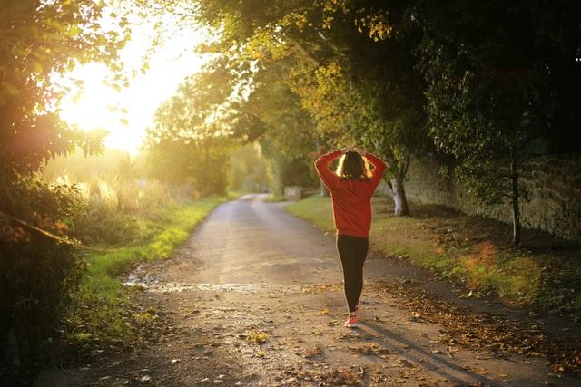 Sport bei Hitze, Frau, Sommer, Laufen, Morgen