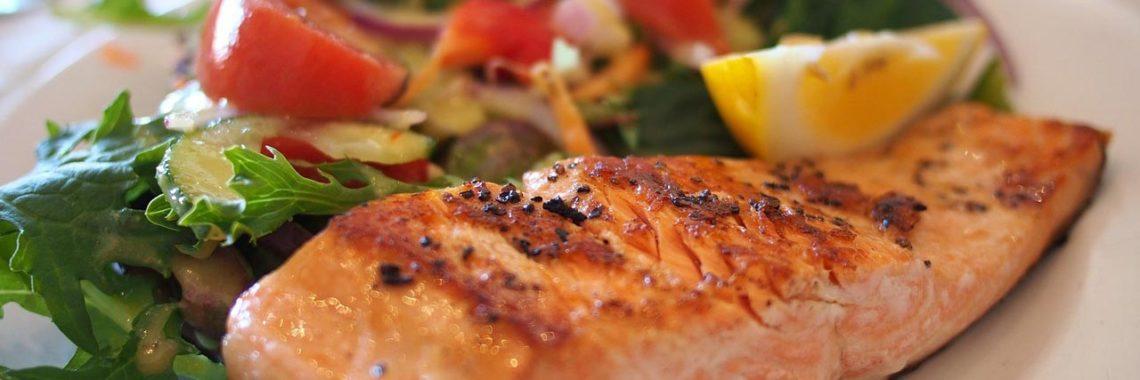 Auch wenn du dein Körpefett reduzieren möchtest, darfst du leckere Sachen essen. Es ist sogar wichtig, dass du ausreichend isst, um keine Muskelmasse zu verlieren.