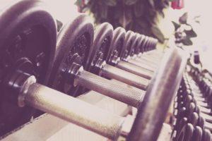 Wenn du Glück hast, verfügt dein Hotel über ein Fitnessstudio. Wenn es auch noch gut ausgestattet sein soll, brauchst du schon sehr viel Glück. ;-)