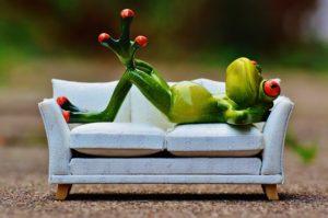 Auch wenn es dir manchmal so vorkommt, als würde dich eine magische Kraft auf deine Couch ziehen: In diesem Artikel lernst du, wie du deinen inneren Schweinehund überwinden kannst.