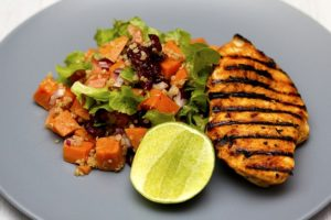 Ein gut geeignetes Essen vor dem Training ist Hühnerbrust mit Gemüse und einer natürlichen Kohlenhydratquelle wie Quinoa oder Reis.