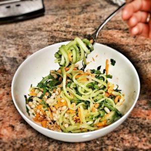 Dieser Gurkennudelsalat wird dir garantiert in Erinnerung bleiben. Er ist super erfrischend, basisch und schmeckt ausgezeichnet.