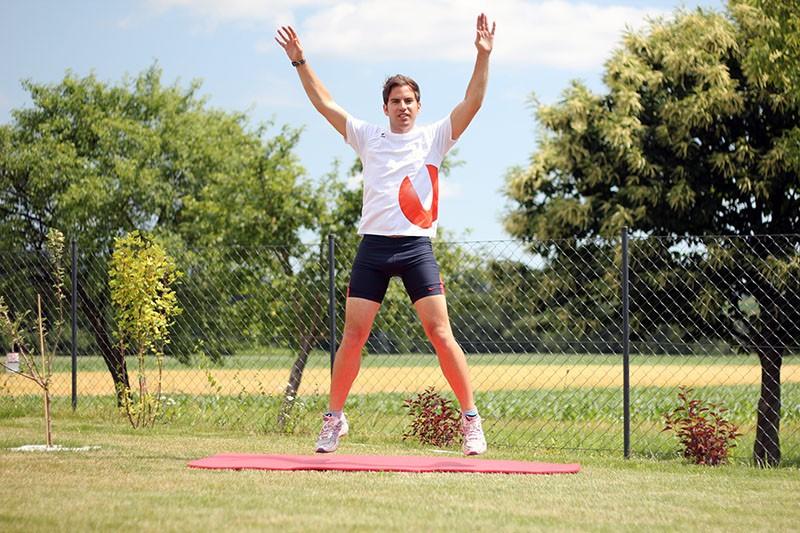 Hampelmann springen als Teil des Scientific 7-Minute Workouts