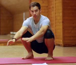Geh öfter mal in die Hocke, um deine Beweglichkeit zu verbessern: Vor allem im Sprung- und Hüftgelenk.