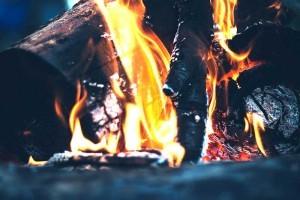 Dein Kalorienbedarf - stell ihn dir wie einen Ofen vor, der eine gewisse Menge an Brennholz benötigt.