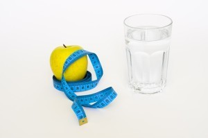 Wasser trinken ist ein sehr effektiver Weg, um dein Kaloriendefizit zu halten.