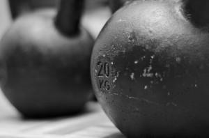 Baue den Kettlebell Swing immer wieder in dein Training ein und perfektioniere die Technik.