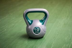 Eine Kettlebell aus Kunststoff.
