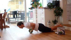 Bauchrollen mit Kniegliegestütz