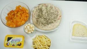 Schüsseln mit Essen, Käse, Margarine, Chips