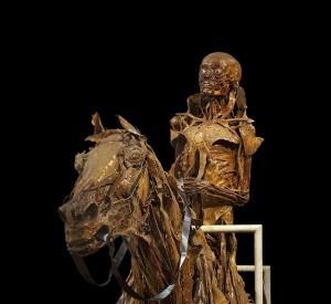 Hier hat wohl jemand vergessen, vom Pferd abzusteigen, als es bereits tot war. ;-)