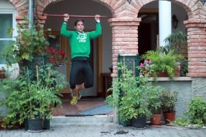 Wenn du noch keine Klimmzüge beherrscht, ist ein Muscle Up innerhalb von 40 Tagen noch außer Reichweite. Mit den Jumping Pullups kannst du trotzdem die Challenge absolvieren und deine Oberkörperkraft verbessern.