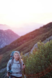 Wenn du auf einen Berg wanderst, benötigst du auch im Sommer genug Outdoor Bekleidung mit, vergiss das nicht!