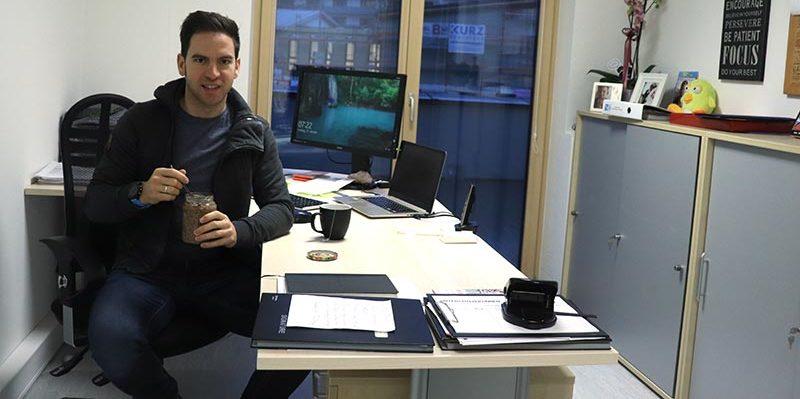 Overnight Oats, Frühstück, Büro, Mann, Schreibtisch