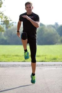 Kurz vor dem Lauf ist ein kurzes Aufwärmen wichtig: Lauf ABC Übungen - wie hier der Hopserlauf - haben sich dazu bewährt.