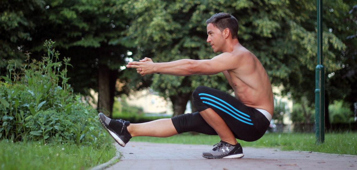 Pistol Squat, einbeinige Kniebeuge, Mann, nackter Oberkörper, Park