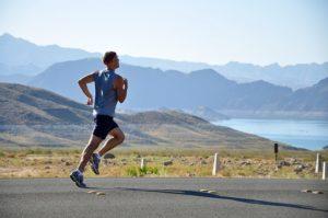 Wenn es im Sommer mal ordentlich heiß ist, musst du beim Laufen ein paar Dinge beachten.