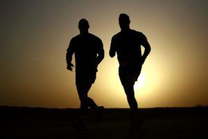 Fokus auf die Basics: Kaloriendefizit mit echtem Essen, regelmäßig Bewegung und etwas Sport, positives Mindset.