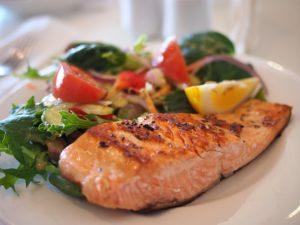 Fetter Seefisch ist eine der besten Quellen für essentielle Fettsäuren und enthält viel sättigendes Eiweiß. Aus regionaler Sicht tut es auch eine Kaltwasserforelle.