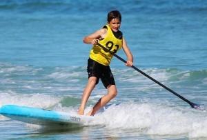 Schon mal was von Stand Up Paddling gehört? Na dann probier es doch mal aus. Das gibt es auf vielen Seen auch in unseren Breiten und ist nicht nur für Kinder ein Spaß.