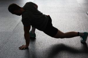 Dynamisches Dehnen und Mobilisieren kann eine wichtige Rolle in deinem Warm Up spielen.