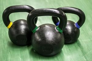 Eine Kettlebell sollte in keinem Homegym fehlen. Wichtig: Lerne dir richtige Technik im Selbststudium oder noch besser bei einem guten Trainer!