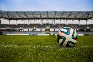 Erhöhe die Spannung von Spielen und trete im Fußballfitness gegeneinander an. Wer macht mehr Wiederholungen?