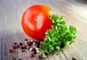 Mit ein paar Tomaten, einer Zwiebel, ein paar Kräutern und einer Packung Roggenvollkornnudeln lässt sich ein schnelles Mittagessen zubereiten.
