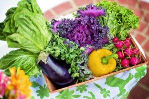 Frisches Gemüse suchst du im Burger aus der Fast Food Kette leider vergebens. Gegenmittel: Selbermachen!